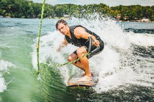 Wakesurfing dla początkujących - na czym polega ten sport wodny?